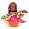 両手にはインドの古典楽器であるヴィーナを携えています。