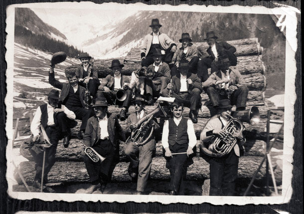 La prima banda musicale di Riobianco – anno 1935 (Foto dall'archivio di Kirchler Notburga)