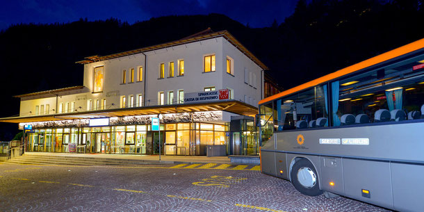 (c) Der neue Busbahnhof in Sand in Taufers samt Büroräumen des Busunternehmen Oberhollenzer