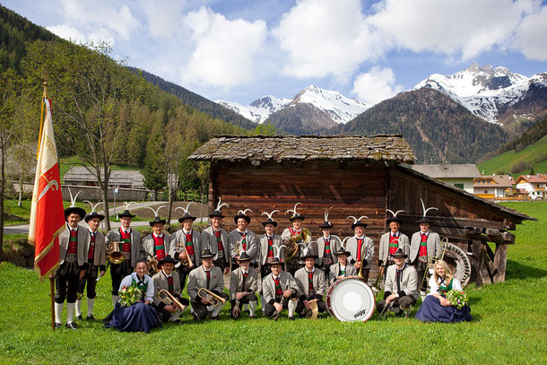 Musikkapelle Weißenbach im Tauferer Ahrntal anlässlich der Erstkommunionfeier 2009 in der Weißenbacher Pfarrkirche
