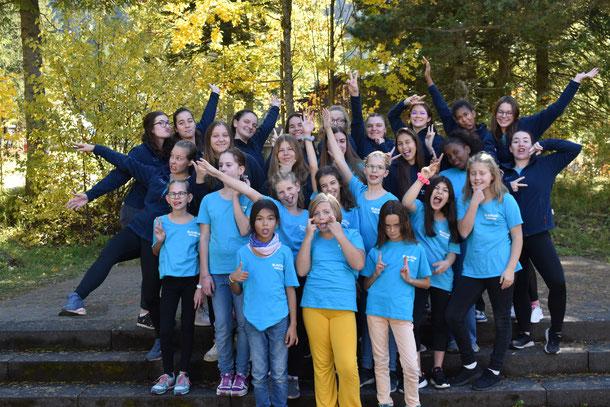 Gruppenfoto, Scharfoto, Mädchen halten die Hände oben, Freude, Spass, Spiel, Zusammenhalt, Herbstlager, Freundschaften