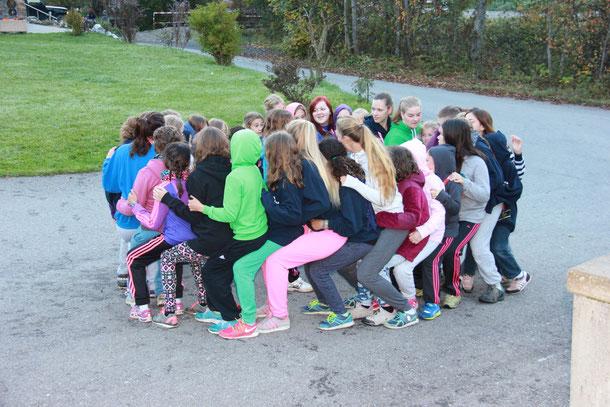 Gruppenfoto, Mädchengruppe, Zusammenhalt, Spiel, Spass