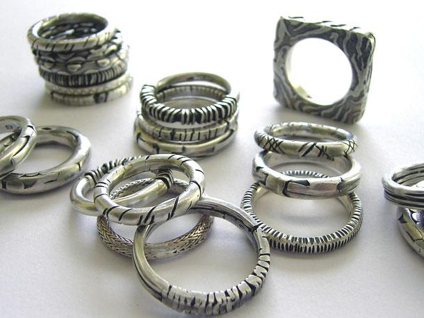 Sammel Ringe aus 925er Sterling Silber mit verschiedene Muster und geschwärzten Vertiefungen.