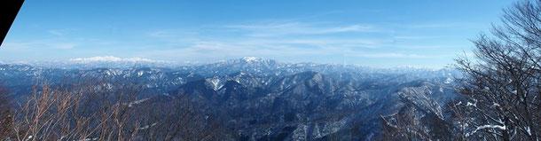 東方面の大パノラマです。                                               白山山系の全容から荒島岳・部子山そして能郷白山・冠山と金草山までが一望です。