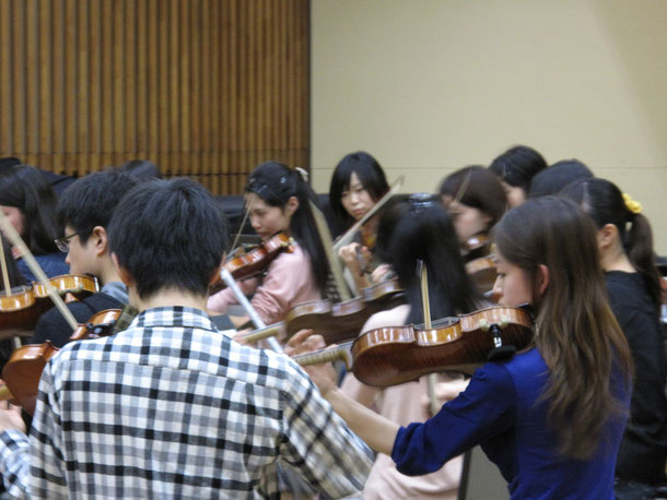 Midori Komachi and Aki Sawa, playing with the students of the String Orchestra.