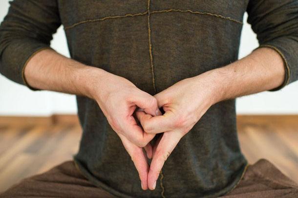 Hara Mudra Zentrum Intuition Klarheit Rene Hug Yin Yoga