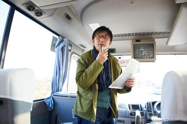 バスの中で五城目の周辺地形図を配り、 「縄文時代から古代に続く町の歴史を俯瞰してみましょう」と石倉先生。
