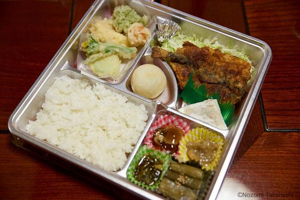 山菜のてんぷら、鮎のフライ、きのこやニオサクのおひたしなど、山の幸がふんだんに使われたお弁当。