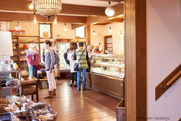 1階店内には物販のスペースもあり、日本全国、ドイツ、イタリアなどから集めた 実のある生産者の手がける食品や食器、調理道具が並ぶ。