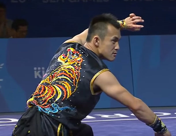 Ein Athlet zeigt eine Nanquan-Form auf einem Wushu-Wettkampf.