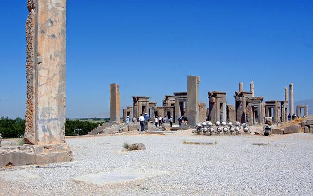 イランの世界遺産「ペルセポリス」の冬の宮殿タチャラ