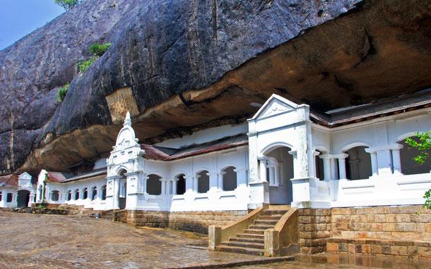 スリランカの世界遺産「ダンブッラの黄金寺院」の石窟寺院