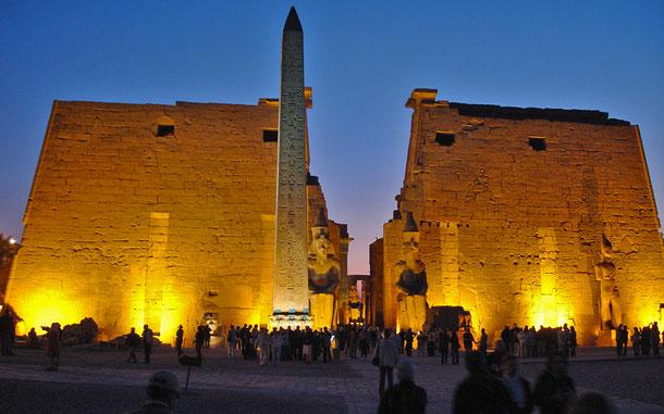世界遺産「古代都市テーベとその墓地遺跡(エジプト)」のルクソール神殿、第1塔門とオベリスク