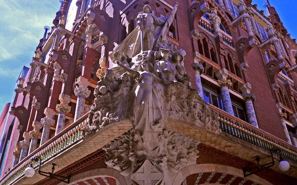 カタルーニャ音楽堂に取り付けられたフィギア・ヘッド