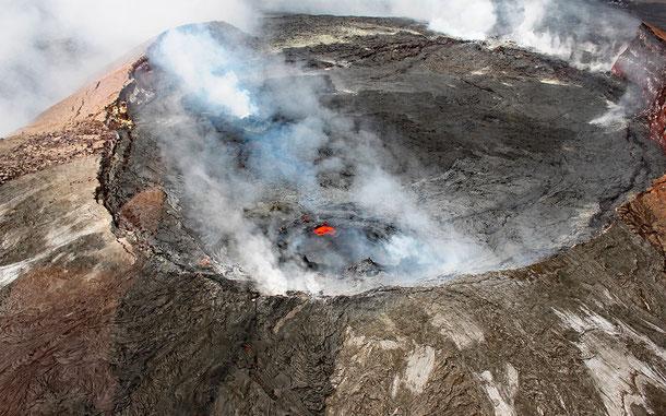 世界遺産「ハワイ火山国立公園(アメリカ)」のハレマウマウ火口