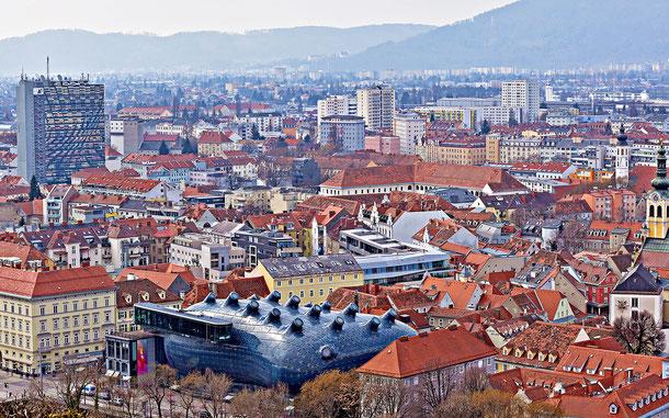 オーストリアの世界遺産「グラーツ市-歴史地区とエッゲンベルグ城」資産内にたたずむクンストハウス