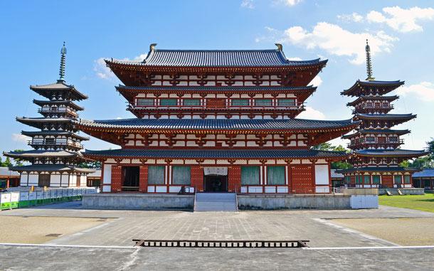 薬師寺の伽藍、左から東塔、金堂、西塔