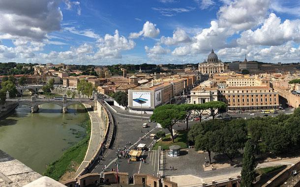 世界遺産「ローマ歴史地区、教皇領とサン・パオロ・フォーリ・レ・ムーラ大聖堂(イタリア/バチカン共通)」、ローマのサンタンジェロ城から見たサン・ピエトロ大聖堂。