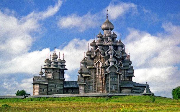 ロシアの世界遺産「キジ島の木造教会」、右がプレオブラジェンスカヤ聖堂、左がポクロフスカヤ教会