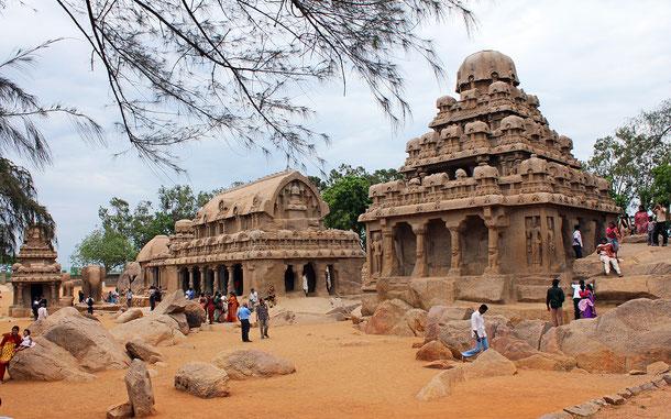 世界遺産「マハーバリプラムの建造物群(インド)」、ビーマ・ラタ(中央)とダルマラジャ・ラタ(右)
