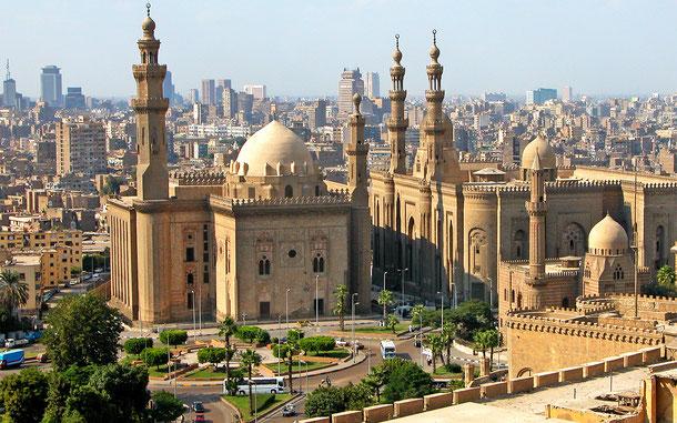 世界遺産「カイロ歴史地区(エジプト)」、スルタン・ハッサン・モスク(左)とアル・リファイ・モスク(右)
