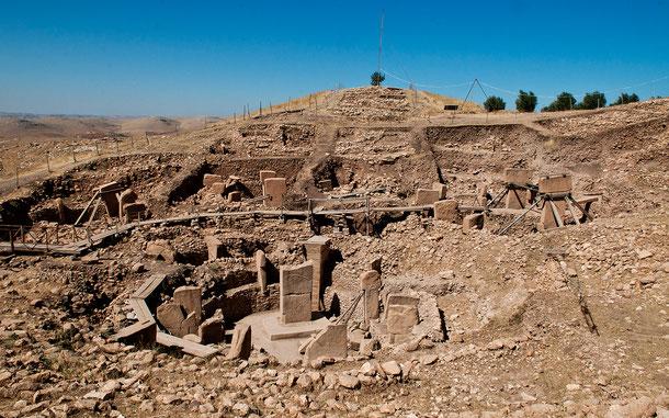 丁字形のメンヒル(立石)がサークル状に連なるストーン・サークルが特徴的なトルコの世界遺産「ギョベクリ・テペ」。「テペ」はトルコ語で「テル」のこと (C) Teomancimit