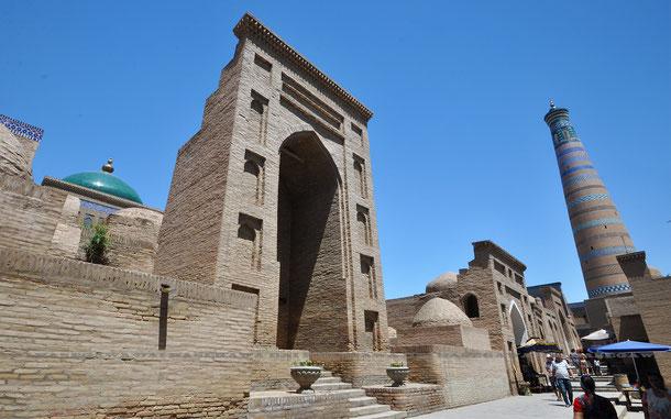 パフラヴァン・マフムド廟とイスラム・ホジャ・マドラサのミナレット