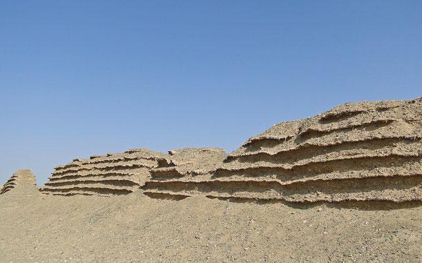世界遺産「シルクロード:長安-天山回廊の交易路網(カザフスタン/キルギス/中国共通)」登録の玉門関近くに展開する漢代の長城