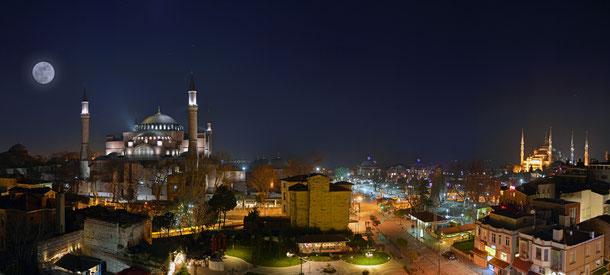 左がアヤソフィア、右に見えるのはブルー・モスク(スルタンアフメト・ジャーミィ)