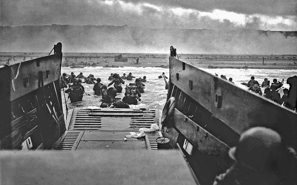 ノルマンディーのオマハ・ビーチに上陸するアメリカ兵