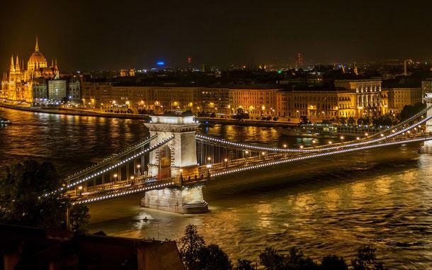 ハンガリーの世界遺産「ドナウ河岸、ブダ城地区及びアンドラーシ通りを含むブダペスト」、セーチェーニ鎖橋と国会議事堂