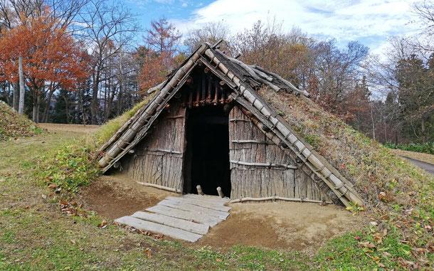 世界遺産「北海道・北東北の縄文遺跡群」、御所野遺跡の土葺き竪穴式住居