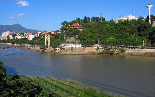 中国・福州の閩江と倉前山