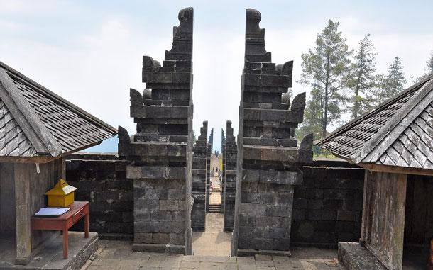 チュト寺院の割れ門チャンディ・ブンタル