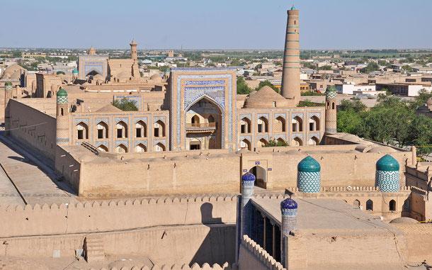 キョフナ・アルクからの眺め。中央はムハンマド・ラヒム・ハン・マドラサ