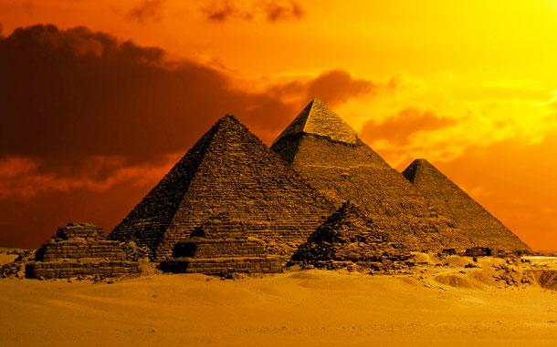 ギザの三大ピラミッド。左からメンカウラー王、カフラー王、クフ王のピラミッド