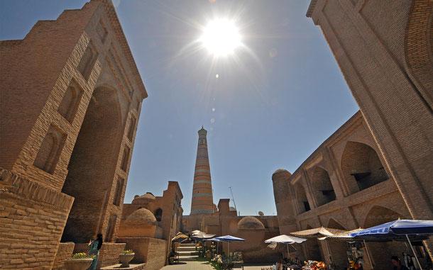 パフラヴァン・マフムド廟(左)、イスラム・ホジャ・マドラサ(中央)、シェルガジ・ハーン・マドラサ(右)