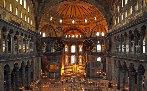 アヤソフィア内部。中央最奥部の下部に見えるのがミフラーブ