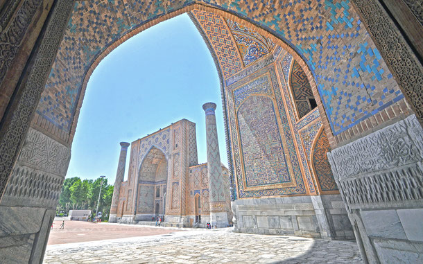 レギスタン広場、ティリャー・コリー・モスク・マドラサから見たウルグ・ベク・マドラサ