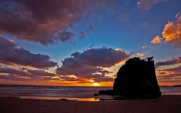 「日が沈む聖地出雲 ~神が創り出した地の夕日を巡る~」登録の稲佐の浜、弁天島