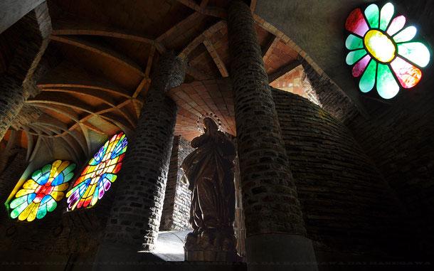 コロニア・グエル教会の聖母像とステンドグラス