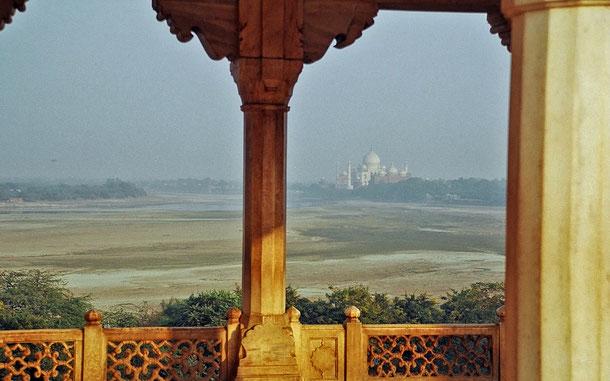 世界遺産「アグラ城塞(インド)」のムサンマン・ブルジュから眺めたタージマハル