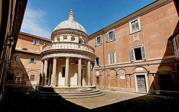 サン・ピエトロ・イン・モントリオ教会のテンピエット。盛期ルネサンス様式の最高傑作とされ、サン・ピエトロ大聖堂をはじめ多くの建築に影響を与えました。世界遺産「ローマ歴史地区、教皇領とサン・パオロ・フォーリ・レ・ムーラ大聖堂(イタリア/バチカン共通)」資産内 (C) Quinok