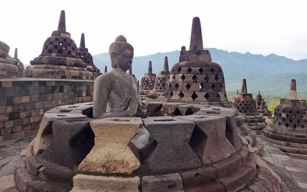 世界遺産「ボロブドゥール寺院遺跡群(インドネシア)」、ボロブドゥール、円壇の釈迦如来像