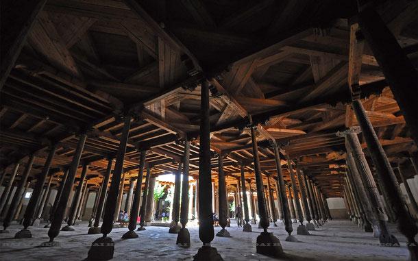 212本の柱で覆われたジュマ・モスク内部
