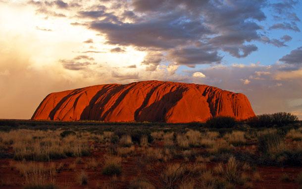 オーストラリアの世界遺産「ウルル=カタ・ジュタ国立公園」のウルル、通称エアーズ・ロック