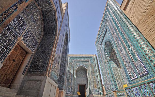 シャーヒ・ズィンダ廟群。左からトゥマン・アカ廟、フジャ・アフマッド廟、クトゥルグ・アカ廟
