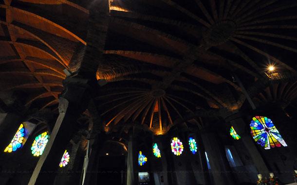 コロニア・グエル教会の天井とステンドグラス