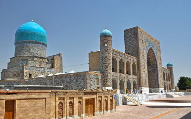 レギスタン広場のティリャー・コリー・モスク・マドラサ