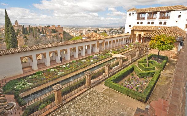 ヘネラリーフェ、アセキアの中庭。奥はアルハンブラ宮殿